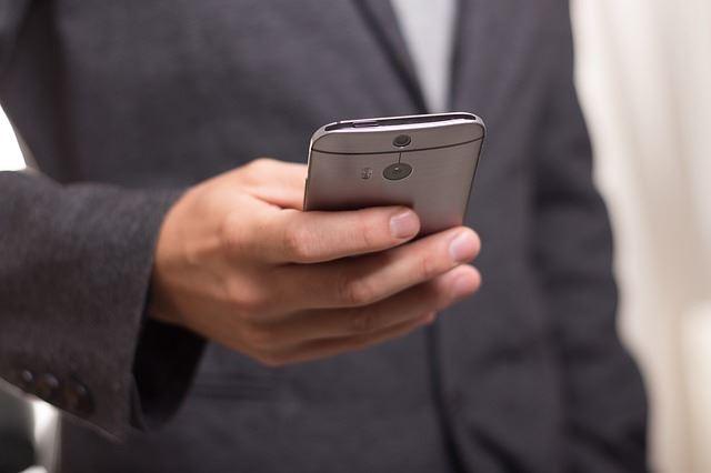Wie Sie die Frosch-Strategie 50 Prozent effektiver macht - Ständig Mails am Handy