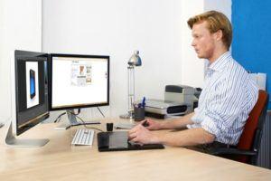 Wie Ihr PC-Monitor Ihnen 30 Minuten Zeit pro Tag sparen kann - Arbeit mit zwei Monitoren