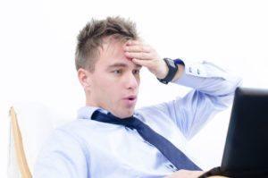 Wie Sie in drei einfachen Schritten effektive Überschriften erstellen, die zu hohen Klickraten führen - Schockierter Businessmann